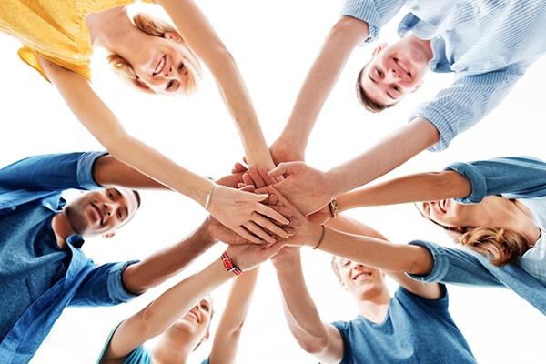 mains équipe bénévolat jeunes