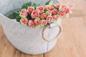 fleurs roses panier